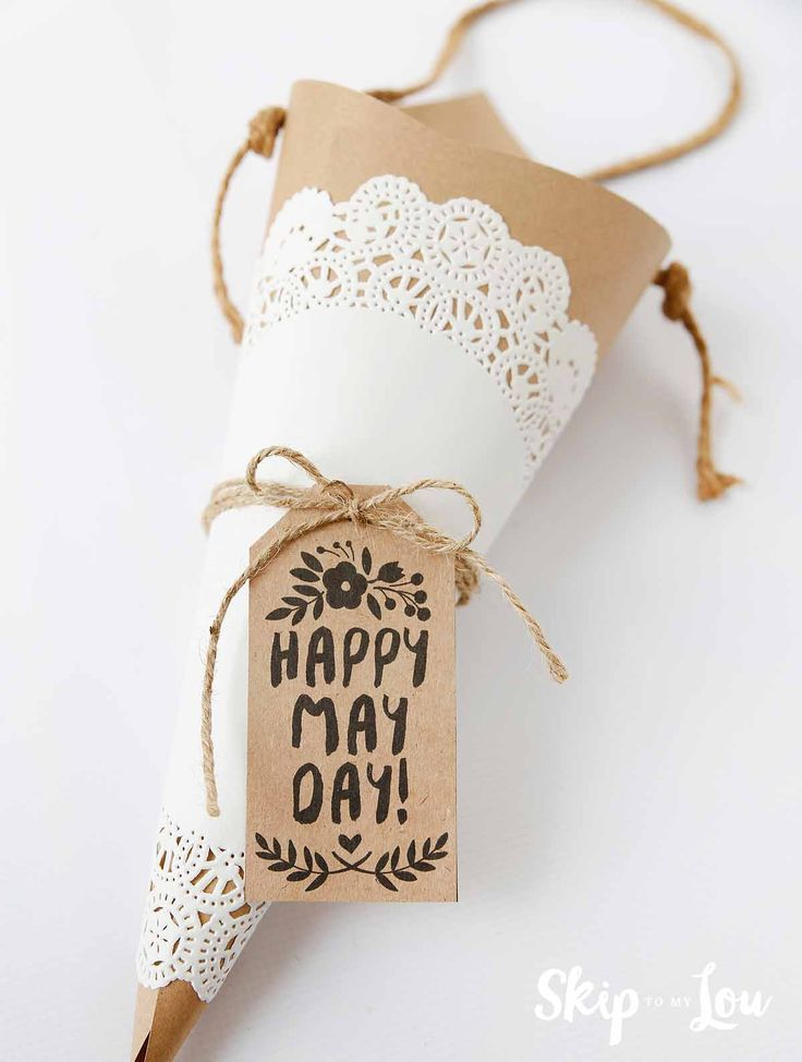 How to make a cone may day basket. Click through for free printable May Day gift...