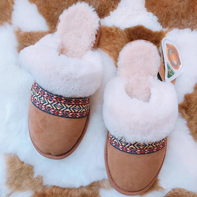 Ugg Slippers #slippers #practicalgifts ★ Good anniversary gifts for parents fr...